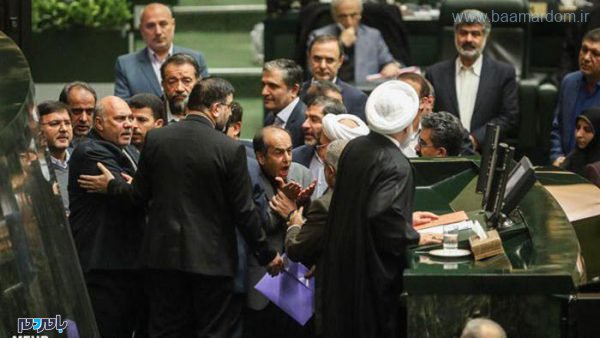 qxhoj crop c0 5 0 5 700x394 75 600x338 - 2 عکس از نمایندگان مزاحم روحانی در مجلس که هیچ جا پخش نشد + عکس