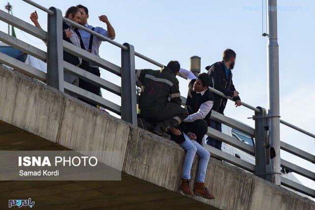 تصاویر لحظه خودکشی جوان کرجی از روی پل