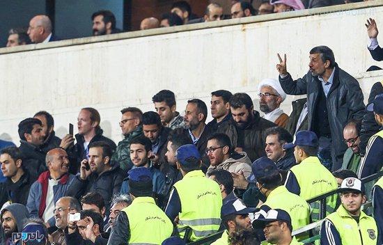 1989142 174 - مقاومت تماشاگرهای استقلال برای تشویق احمدینژاد