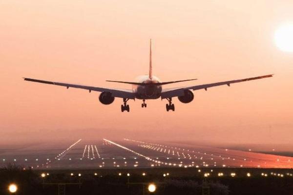 فرودگاه پرواز هواپیما - هواپیمایی که یک مسافر آن را تا مقصد هدایت کرد