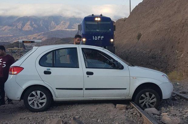 ترمز به موقع لکوموتیوران و جلوگیری از برخورد قطار با خودروی سواری