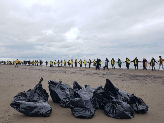 حلقه انسانی محیط زیستی های گیلان در اعتراض جهت مخالفت انتقال آب دریای کاسپین 2 533x400 - حلقه انسانی محیط زیستی های گیلان در اعتراض جهت مخالفت انتقال آب دریای کاسپین+ تصاویر