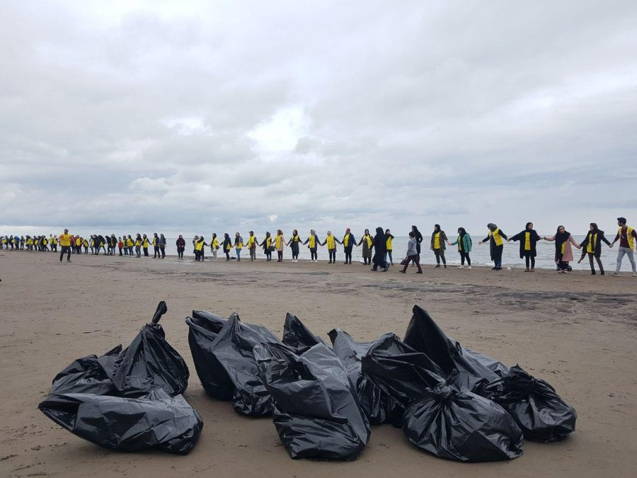 حلقه انسانی محیط زیستی های گیلان در اعتراض جهت مخالفت انتقال آب دریای کاسپین+ تصاویر