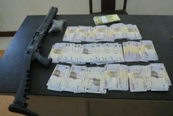 اسلحه غیر مجاز و ۱۶۳ میلیون اسکناس جعلی در لاهیجان 597x400 - کشف اسلحه غیر مجاز و ۱۶۳ میلیون اسکناس جعلی در لاهیجان