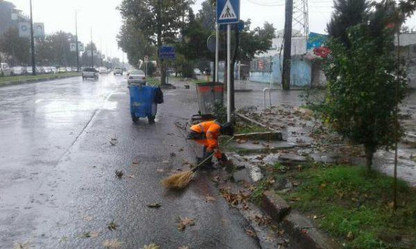 پاکبانان شهرداری رشت به کمک مردم شتافتند 1 600x360 - پاکبانان شهرداری رشت به کمک مردم شتافتند + تصاویر