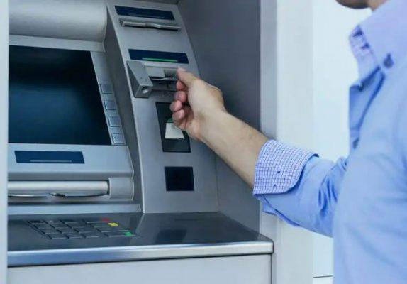 کارت اعتباری عابر بانک 574x400 - ماجرای هک شدن ۱۰ میلیون کارت بانکی چیست؟