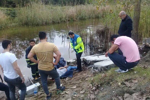 3286987 - سقوط دیوار بتنی ماهیگیر جوان اهل انزلی را به کام مرگ فرستاد