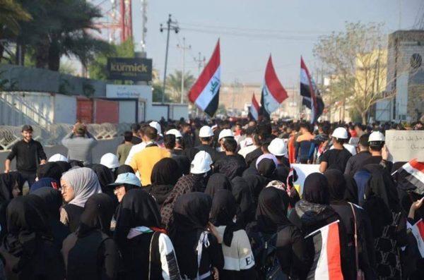معترضان عراقی 600x397 - آتش زدن دوباره کنسولگری ایران در نجف!