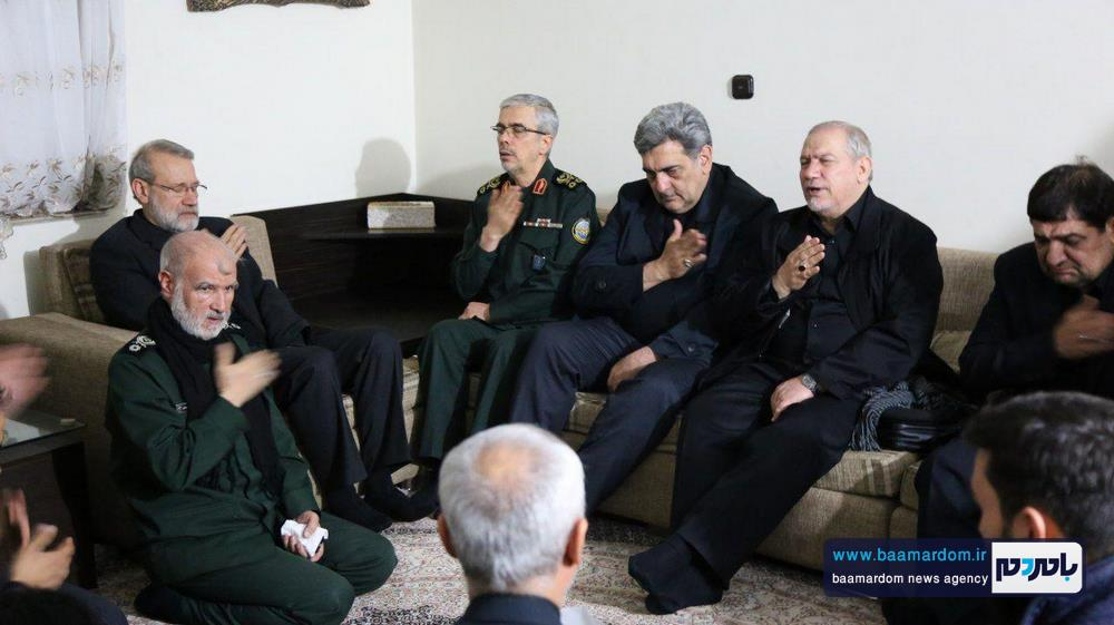 حضور جمعی از فرماندهان و مقام های کشوری در منزل شهید سلیمانی در کرمان 5 - حضور جمعی از فرماندهان و مقام های کشوری در منزل شهید سلیمانی در کرمان / گزارش تصویری