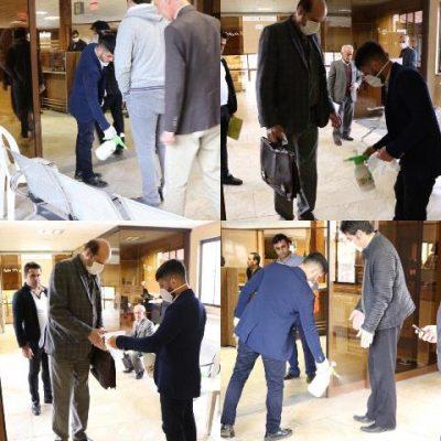 photo 2020 03 15 12 12 52 400x400 - مراجعه کنندگان به شهرداری لاهیجان با اهدای دستکش و ضدعفونی کردن لباس استقبال می شوند