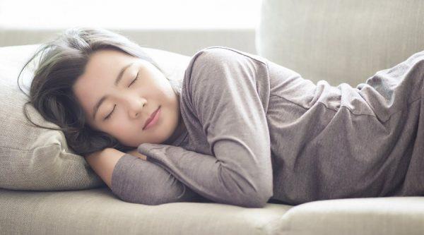 خواب خوابیدن 600x333 - میوهای که به خواب منظم و کاهش وزن شما کمک میکند