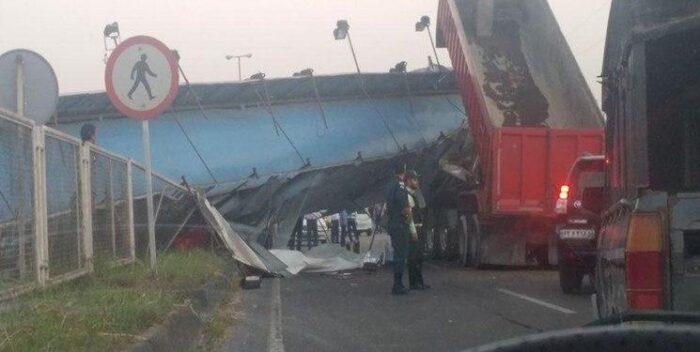 برخورد کامیون با پل عابر پیاده در آستانه اشرفیه 700x352 - برخورد کامیون با پل عابر پیاده در آستانه اشرفیه / جاده آستانه به لاهیجان مسدود شد