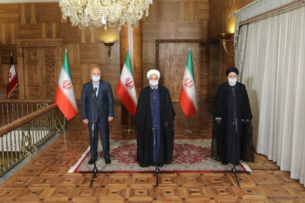 نشست سران قوا - روحانی: همکاری و هماهنگی سه قوه می تواند به حل مسائل کشور کمک کند/رئیسی: همه بدنبال گره گشایی از زندگی مردم باشیم