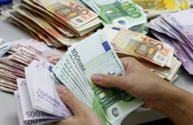 ریزش قیمت ارز ادامه دار شد/ مردم به دلار ۱۵هزار تومانی روحانی اعتماد کردند؟