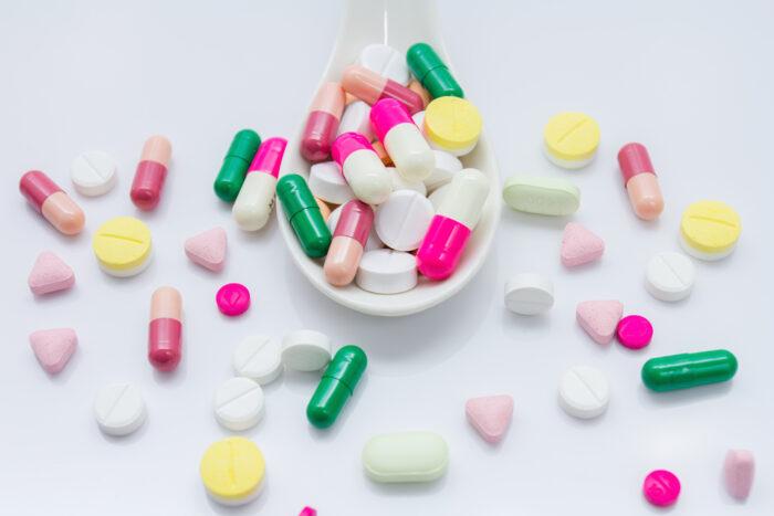 دارو قرص 700x467 - اگر در دوران کرونا «مسکن» مصرف کنیم چه بلایی سرمان می آید؟