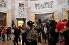۴ کشته در تصرف کنگره توسط حامیان ترامپ / مایک پنس و سناتورهای جمهوری خواه علیه رئیس جمهور + تصاویر