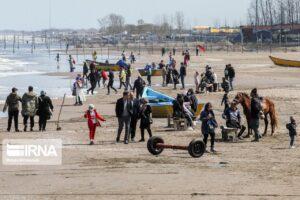 تصاویری از حضور مسافران نوروزی در ساحل دریای کاسپین