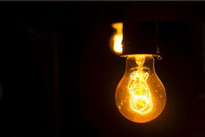 لامپ برق 700x467 - هشدار وزارت نیرو نسبت به افزایش شدید مصرف برق در گیلان و خطر قطعی برق!