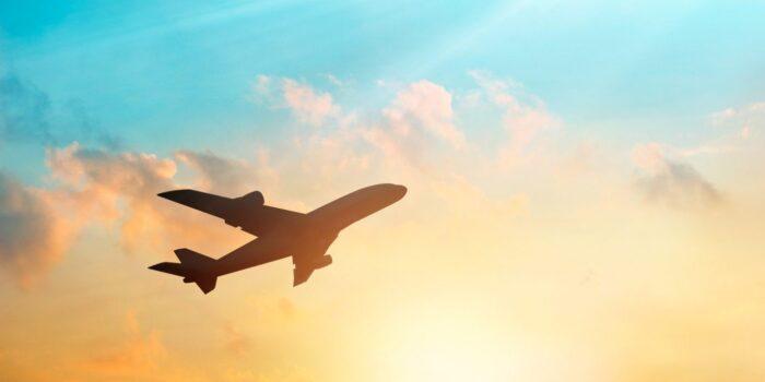سفر با هواپیما 700x350 - همه نکتههایی که لازم است درباره بلیط لحظه آخری بدانید
