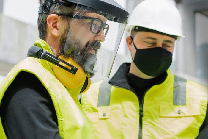 شیلد محافظ صورت و ماسک تنفسی 1 700x467 - کاربرد شیلد محافظ صورت و ماسک تنفسی چیست؟