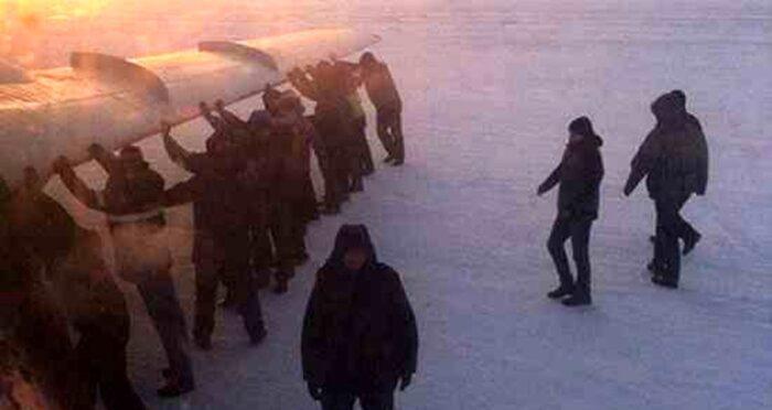 هل دادن هواپیما 700x372 - هواپیما خراب شد، مسافران هلاش دادند!+عکس