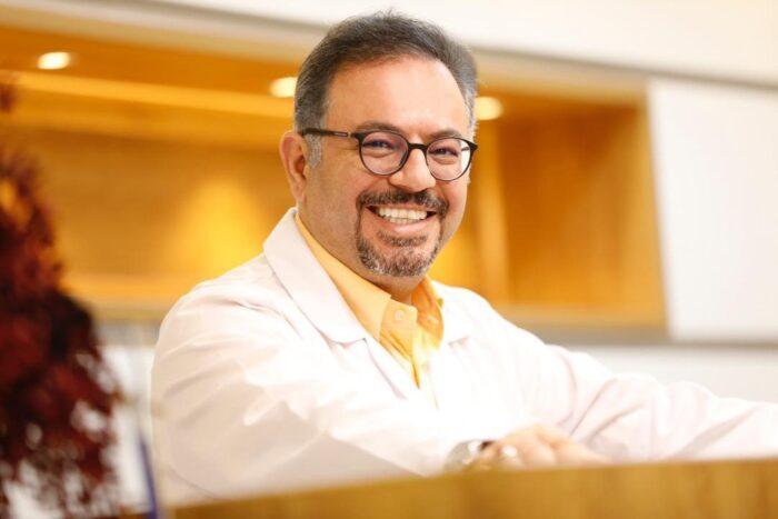 دکتر افشین طاهری اعظم 700x467 - آشنایی با بهترین جراح لگن و زانو در ایران