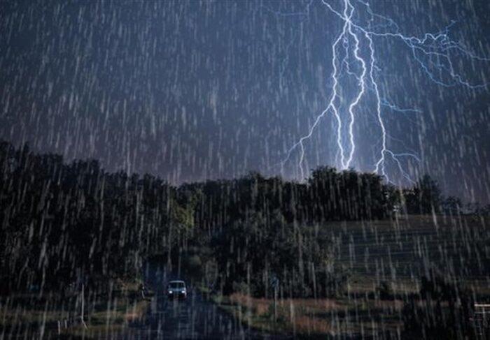 باران شدید صاعقه 700x487 - هشدار سیلاب ناگهانی و کاهش محسوس دما در ۱۲ استان