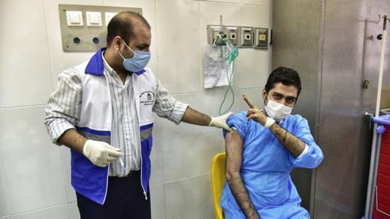 عکاسی واکسن - درآمد نجومی با فیلمبرداری از لحظه تزریق واکسن!