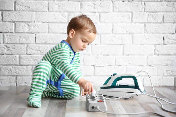 کودک بچه 700x467 - از لوازم خانگی خود در برابر افزایش جریان برق محافظت کنید