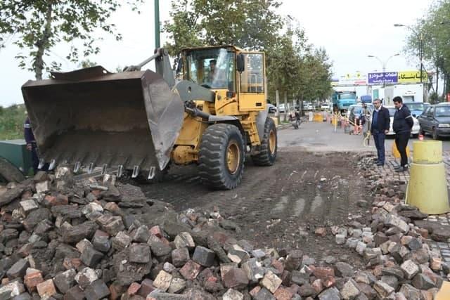 سنگ فرش میدان ابریشم لاهیجان - سنگ فرش میدان ابریشم لاهیجان با مجوز کمیسیون ایمنی راههای استان جمعآوری میشود